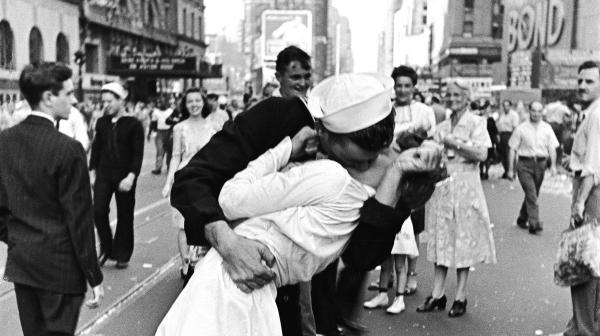 vj-day-kiss